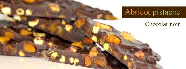 Chocolat noir 72% mélangé avec de l'abricot et des pistaches